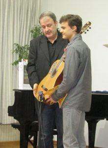 Dragan Jagodic urucuje gitaru Leonardu Borojevicu 2