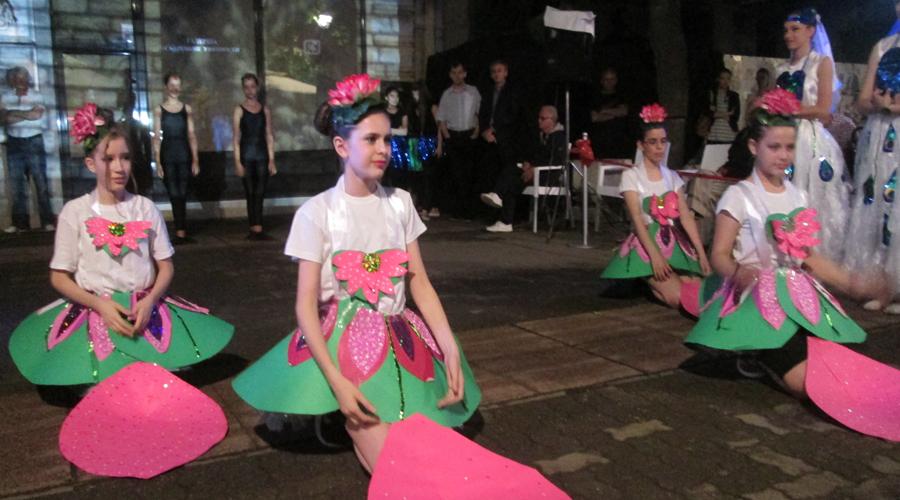Плесни перформанс пред Галеријом савремене уметности