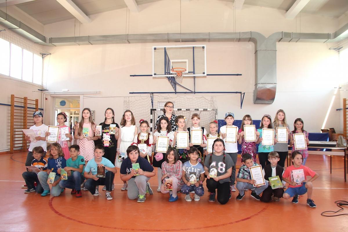 Награђени ученици са директорком Маргаретом Секуловић