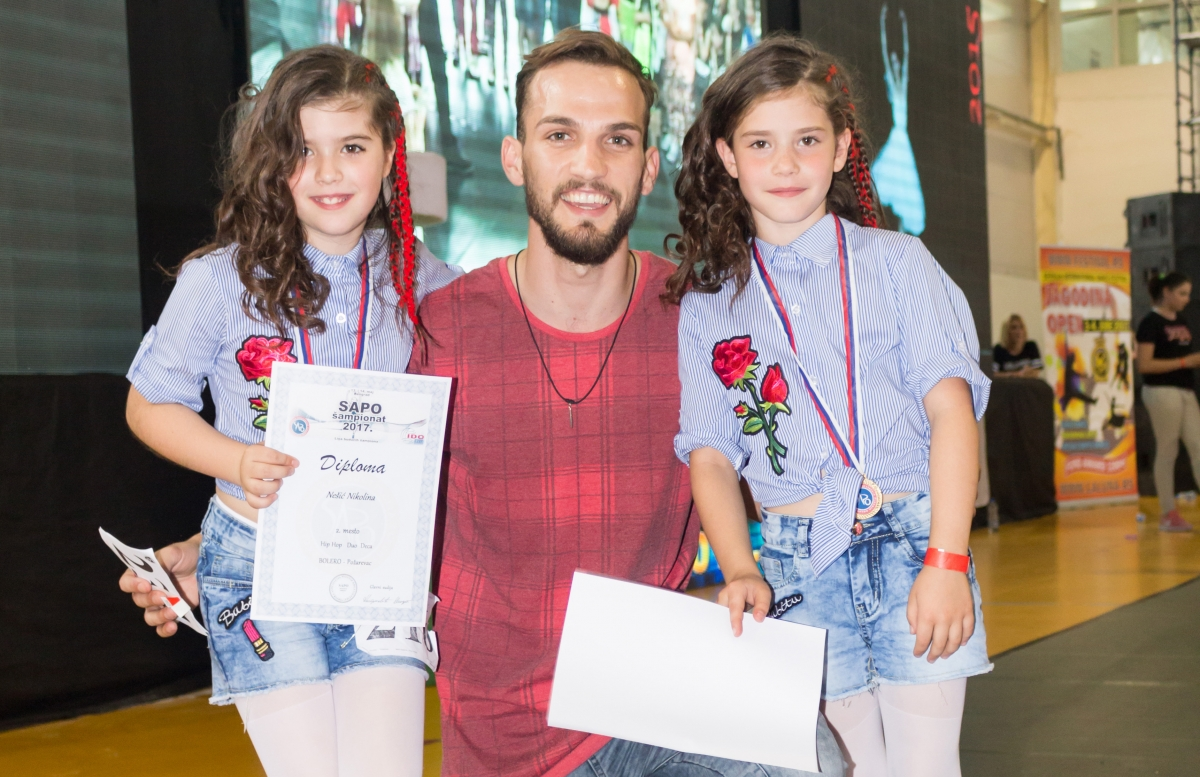 Nikolina i Katarina Nešić sa trenerom Petrom Miladinovićem 1